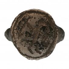 Перстень медный «Воин с оружием в обеих руках»